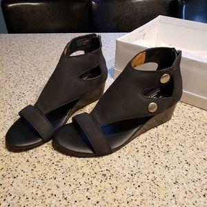 L47 NEW SZ 8 Faux Leather Sandals Black